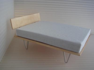 1:18 V-LEG BED